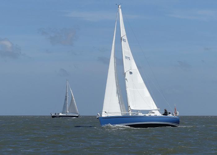 Zeilboten voor de lens van Menno Onnes, fotograaf op het water