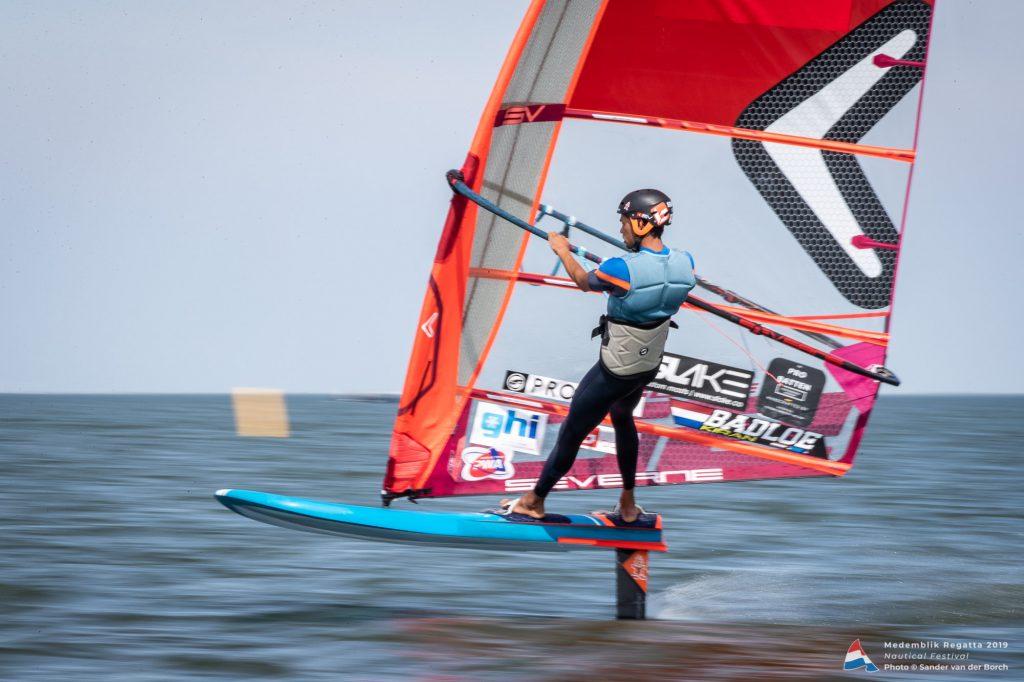 Kiran Badloe aan het windfoilen op de Medemblik Regatta