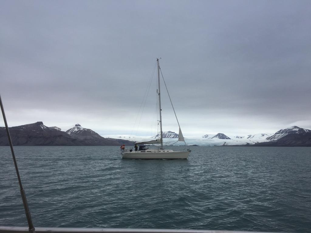 Een 12 meter Hanse bij Spitsbergen