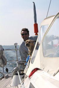Guido Neijmeijer met hond aan boord