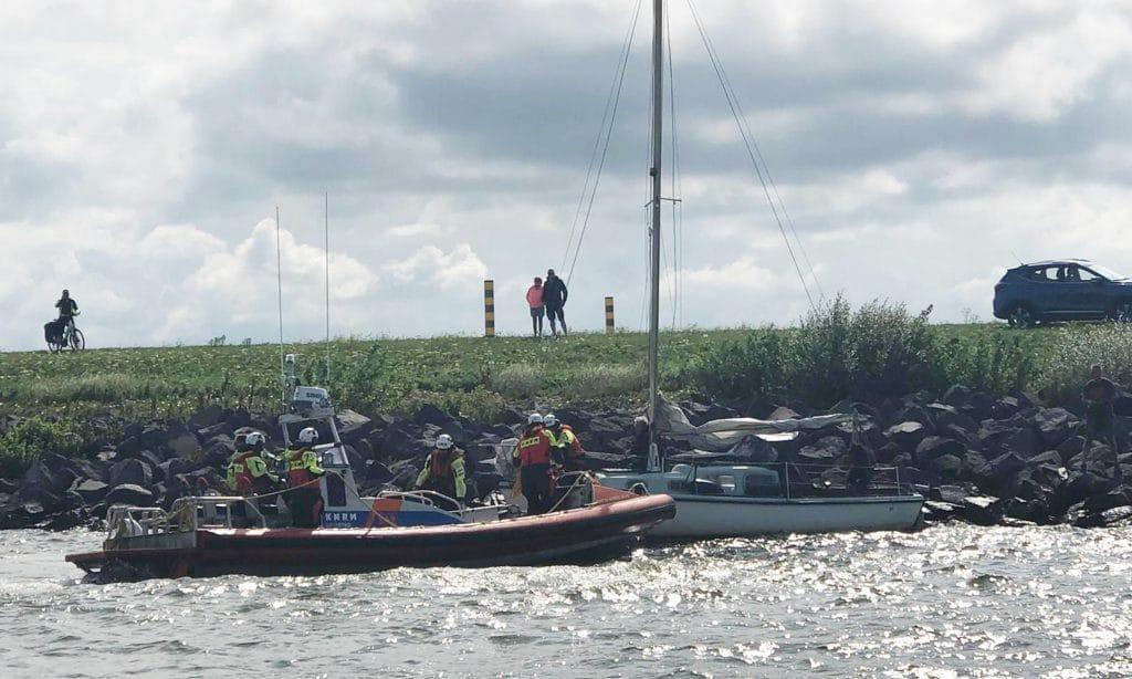 KNRM biedt hulp aan zeilboot