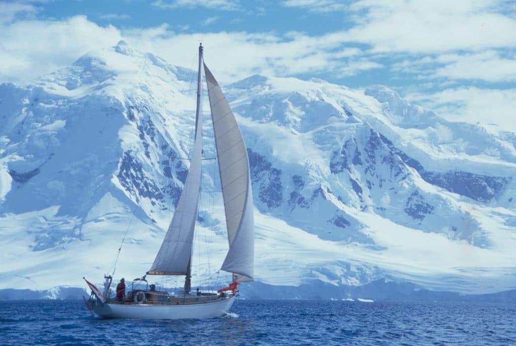 White Haze onder zeil bij Antartica