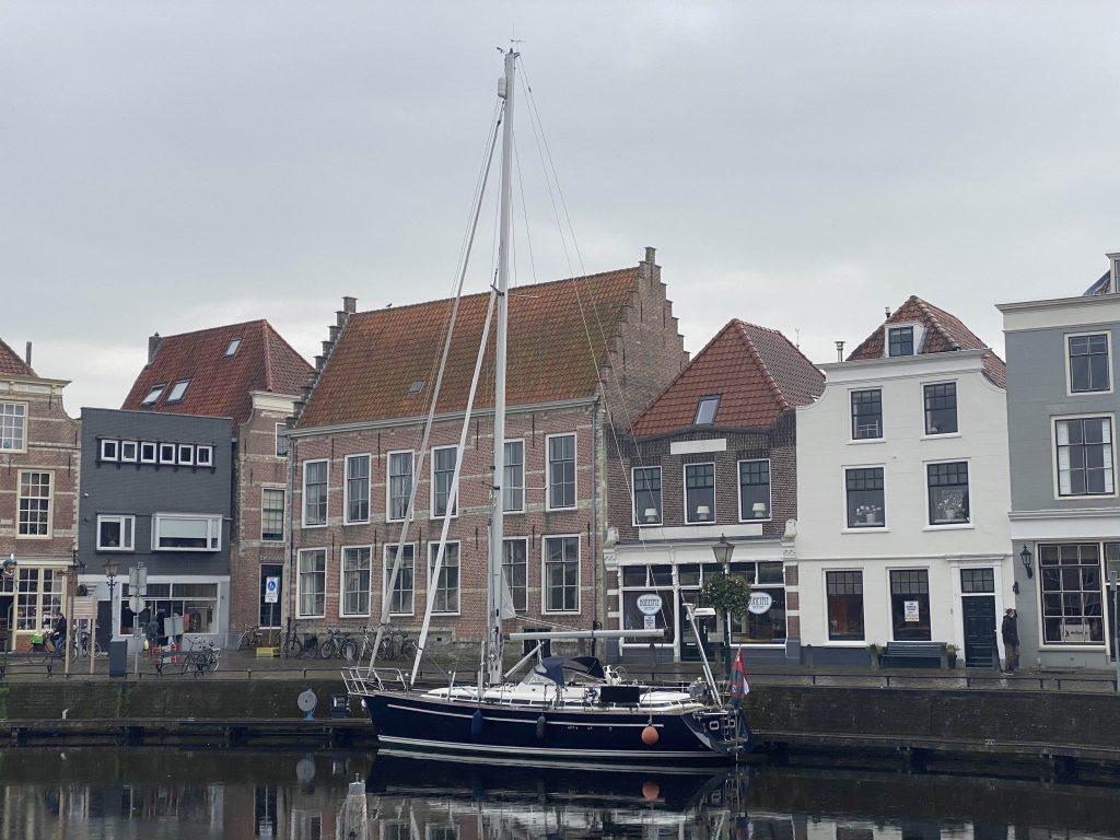 In een Nederlandse haven ligt de Janjorem ook lekker
