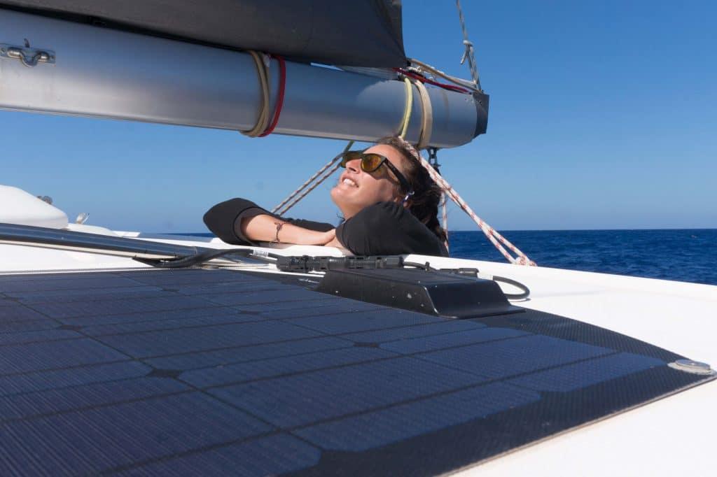 Janneke Dijkhuis geniet aan boord van de catamaran.