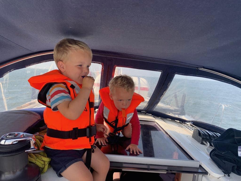 De kleine kinderen voelen zich helemaal thuis aan boord en zijn klaar voor de wereldreis