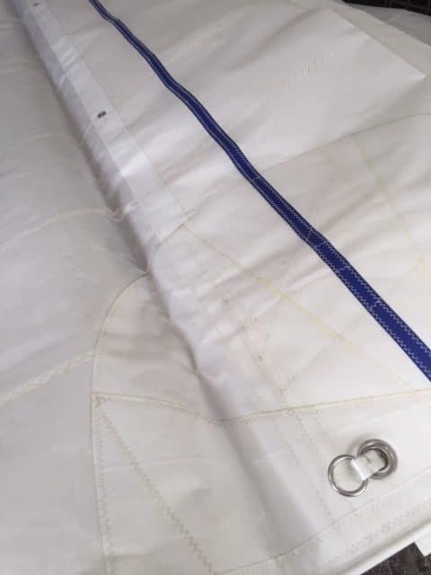 Vervorming van het doek voorkomen met verdubbeling van doek bij reef
