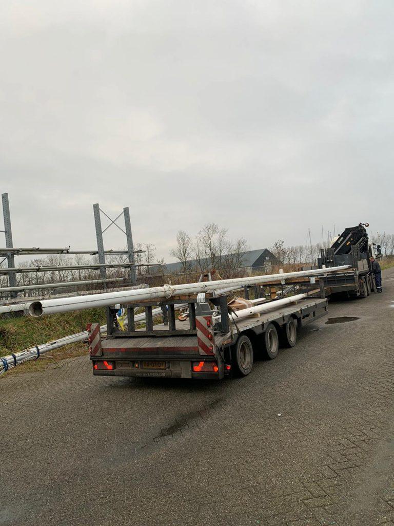 Refit mast in convoi exceptionel over de weg vervoeren