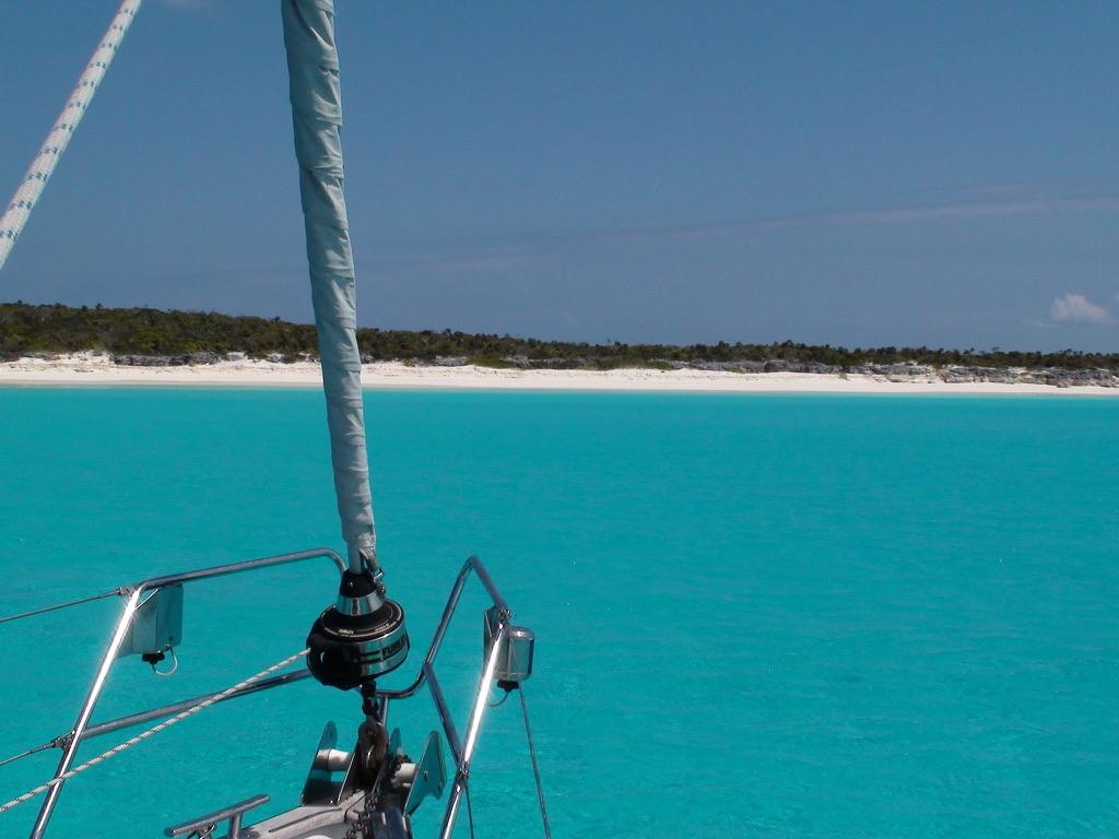 Blauwe wateren en witte strand Hallberg Rassy 48
